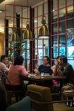 Kuala Lumpur, Około 2016 - azjata kobiety i wewnątrz mężczyzna ma kawę Zdjęcia Stock
