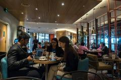 Kuala Lumpur, Około 2016 - azjata kobiety i wewnątrz mężczyzna ma kawę Zdjęcie Stock