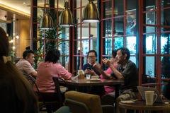 Kuala Lumpur, Około 2016 - azjata kobiety i wewnątrz mężczyzna ma kawę Zdjęcie Royalty Free