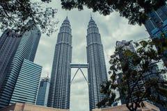 Kuala Lumpur petronas torn kopplar samman modern skyskrapa för arkitektur Arkivfoton