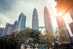 Kuala Lumpur petronas torn kopplar samman modern skyskrapa för arkitektur Arkivbilder