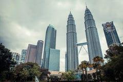 Kuala Lumpur petronas torn kopplar samman modern skyskrapa för arkitektur Royaltyfria Foton