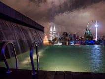 Kuala Lumpur Skyline met de Mening van de Dakpool stock fotografie