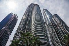 Kuala Lumpur-stad met tweelingtorens van wolkenkrabber en hemel stock foto
