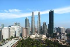 Kuala Lumpur stadshorisont och skyskrapor som bygger på centret för affärsområde i Kuala Lumpur, Malaysia askfat arkivbilder