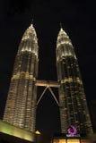 Kuala Lumpur 2017 17th Februari, ljus av Petronas tvillingbröder av Malaysia på natten Fotografering för Bildbyråer