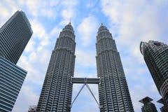 kuala Lumpur 2017, 17th Luty, bliźniacze wieże Petronas, Malezja nad niebieskim niebem Obraz Stock