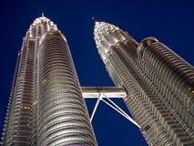 Kuala Lumpur Twin Towers pendant l'heure bleue Photos stock
