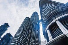 Kuala Lumpur z bliźniaczymi wieżami drapacz chmur i niebo zdjęcie royalty free