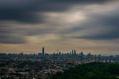 Kuala- Lumpurcityline mit dunkler Wolke stockfoto
