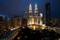 Kuala- LumpurSkyline mit Petronas-Kontrolltürmen stockfotos
