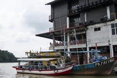 KUALA SEPETANG, MALESIA 5 APRILE 2015: Kuala Sepetang Jetty con le barche ed i frutti di mare che il ristorante è turisti famosi  fotografia stock libera da diritti