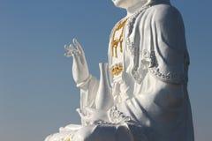 Kuan Yin-Bild von Buddha mit klarem Himmelrückseitenboden lizenzfreie stockfotografie