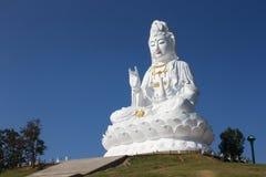 Kuan Yin-Bild von Buddha mit klarem Himmelrückseitenboden lizenzfreies stockbild