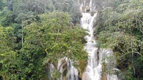 Kuang Si Falls ou sabido como Tat Kuang Si Waterfalls Estas cachoeiras são viagem lateral favorita para turistas em Luang filme
