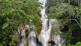 Kuang Si Falls ou sabido como Tat Kuang Si Waterfalls Estas cachoeiras são viagem lateral favorita para turistas em Luang video estoque