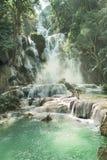 Kuang Si vattenfall Arkivfoton