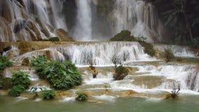 Kuang Si Waterfall majestuoso almacen de metraje de vídeo