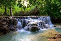 Kuangsi vattenfall på det Luangprabang landskapet Arkivfoton
