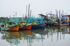 Kuantan/Malaysia_ le 18 août 2018 : Les bateaux de pêche ont amarré au village de pêche de Tanjung api une banlieue de la capital photos stock