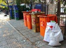 Kubły na śmieci na azjatykciej ulicie obraz royalty free