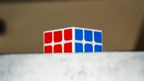 Kub för Rubik ` s på tabellen Royaltyfri Bild