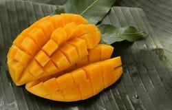 Kub klippt mogen mango Arkivbild