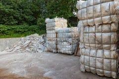 Kub med plast- avskräde på en återanvändande gård Royaltyfri Foto