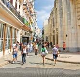 Kubańczycy chodzą Calle Obispo ulicę w Hawańskim, Kuba. Obraz Royalty Free
