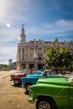 Kubańscy kolorowi roczników samochody przed Granem Teatro - Hawański, Kuba zdjęcie stock