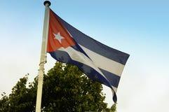 Kubański flaga państowowa nad niebieskie niebo obrazy royalty free