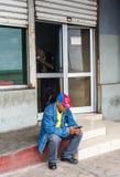Kubański mężczyzna Używa Smartphone Fotografia Stock