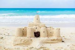 Kubański Sandcastle z kraj flaga w Kuba zdjęcie stock