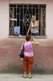 Kubańskie damy opowiada przy okno obrazy stock