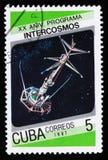 Kuba-Briefmarke vom ` 20. Jahrestag von Intercosmos-Programm ` Frage zeigt Raumsatelliten, circa 1987 Stockfoto