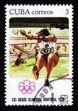Kuba-Briefmarke zeigt breite Sprünge, die Reihe, die den Montreal-Spielen 1976, circa 1976 gewidmet wird lizenzfreies stockbild