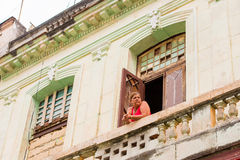 KUBA, HAVANA - 5. MAI 2017: Frau auf dem Balkon Stockfoto