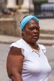KUBA, HAVANA - 5. MAI 2017: Frau auf einer Stadtstraße Lizenzfreies Stockbild