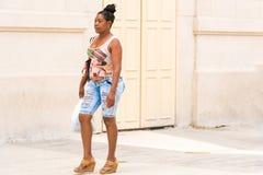 KUBA, HAVANA - 5. MAI 2017: Frau auf einer Stadtstraße Kopieren Sie Raum f Stockfoto