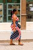 KUBA, HAVANA - 5. MAI 2017: Frau auf einer Stadtstraße Nahaufnahme vertikal Lizenzfreie Stockbilder