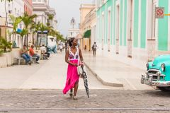 KUBA, HAVANA - 5. MAI 2017: Frau im rosa Kleid auf Stadtstraße Kopieren Sie Raum für Text Stockfotos