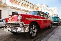 Kuba havannacigarr: Amerikansk klassisk bil royaltyfri bild