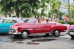 Kuba havannacigarr - Augusti 14, 2016: amerikansk klassisk bil för fantastisk tappning Arkivfoto