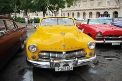 Kuba havannacigarr - Augusti 14, 2016: amerikansk klassisk bil för fantastisk tappning Royaltyfri Fotografi