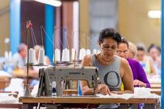 KUBA HAVANNACIGARR - MAJ 5, 2017: Arbetare på plaggfabriken kopiera avstånd royaltyfri bild