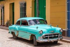 KUBA HAVANNACIGARR - MAJ 5, 2017: En blå amerikansk retro bil på en stadsgata Kopiera utrymme för text arkivfoto