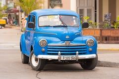 KUBA HAVANNACIGARR - MAJ 5, 2017: En blå amerikansk retro bil på en stadsgata opy utrymme för ï¿ ½ för text royaltyfri foto