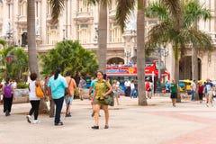 KUBA HAVANNACIGARR - MAJ 5, 2017: Folk på havannacigarrgatan Kopiera utrymme för text arkivfoto