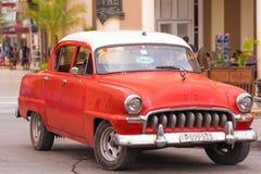 KUBA HAVANNACIGARR - MAJ 5, 2017: Röd amerikansk retro bil på stadsgatan Kopiera utrymme för text ï¿ ½ förlorar-upp royaltyfri foto