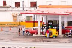 KUBA HAVANNACIGARR - MAJ 5, 2017: Sikt av bensinstationen Kopiera utrymme för text arkivbild